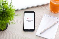 Gris del espacio de IPhone 6 con el servicio Pinterest en la tabla Imágenes de archivo libres de regalías