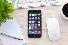 Gris del espacio de IPhone 6 con los apps en la pantalla Fotos de archivo