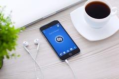 Gris del espacio de IPhone 6 con Shazam en la pantalla Fotografía de archivo libre de regalías