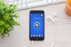 Gris del espacio de IPhone 6 con Shazam en la pantalla Foto de archivo libre de regalías