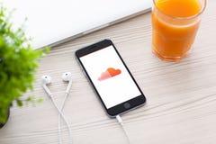 Gris del espacio de IPhone 6 con SoundCloud en la pantalla Foto de archivo
