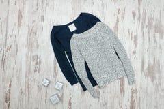 Gris et chandail tricoté par bleu Cadres de cadeau argentés Co à la mode photos stock