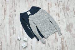 Gris et chandail tricoté par bleu Cadres de cadeau argentés Co à la mode images libres de droits