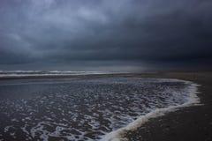 Gris et ciel nuageux au-dessus de la mer photographie stock