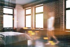 Gris et coin de chambre à coucher de brique, affiche modifiée la tonalité Images stock