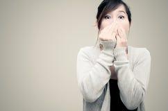 Gris que lleva modelo de la mujer asiática china Fotos de archivo libres de regalías