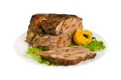 Griskött från vildsvin på plattan som isoleras Arkivbilder