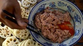 Griskött fyller i en stekt lotusblomma rotar smörgåsen Traditionell kinesisk mat royaltyfri fotografi