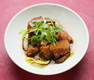 Griskött. kinesisk kokkonst Arkivfoton