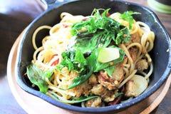 Griskött med thai kryddig korvspagetti Royaltyfria Bilder