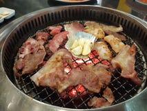 Griskött och bacon som grillas i en lokal liten restaurang royaltyfri foto