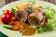 Griskött rullar med förberedda potatisar och grönsaker Royaltyfria Bilder