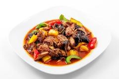 Griskött Sichuan sås, peppar, vitlök, kinesiskt trä plocka svamp arkivbild