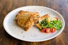 Griskött som är milanese med sidan av sallad Royaltyfria Foton