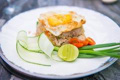 Griskött stekte ris med det stekte ägget arkivbilder