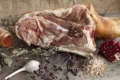Grisköttben med kryddor och herbares Arkivbild