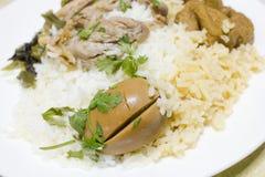 Grisköttben med ris Arkivbild