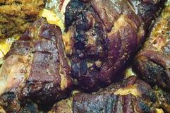 Grisköttben som dras tillbaka med kål och äpplen Arkivfoton