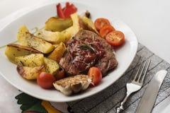 Grisköttbiff med potatisen Arkivfoton