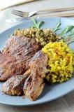 Grisköttbiff med ris och couscous på en blå platta Royaltyfria Bilder