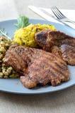 Grisköttbiff med ris på en blå platta Royaltyfri Fotografi