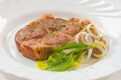 grisköttbiff på den vita plattan arkivbilder
