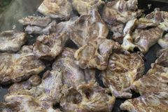 Grisköttbiffar under gallret arkivfoto