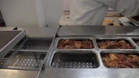 Grisköttemballage på manufactury lager videofilmer