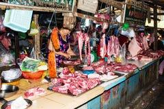 Grisköttförsäljare i den traditionella Vietnam marknaden Arkivbilder