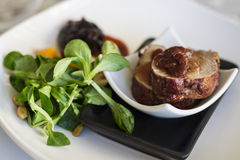Grisköttfläskkarré med vårklynnesallad och torkade aprikors Royaltyfri Foto