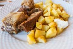 Grisköttkött med potatisar Arkivbilder