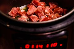 Grisköttkött som förbereder sig i en långsam spis royaltyfri bild