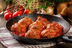 Grisköttköttbullar med kryddig tomatsås Arkivfoto