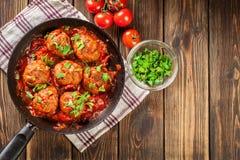 Grisköttköttbullar med kryddig tomatsås Royaltyfria Bilder
