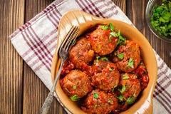 Grisköttköttbullar med kryddig tomatsås i maträtt Arkivfoto