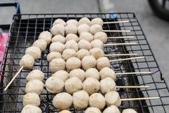 Grisköttköttbullerostat bröd på skyddsgallret Arkivfoto