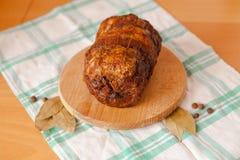 Grisköttköttfärslimpa på träskärbräda Fotografering för Bildbyråer