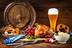 Grisköttknoge med öl och surkålen Royaltyfria Foton