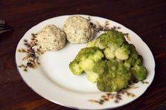 Grisköttkotletter med broccoli på plattan Arkivfoton