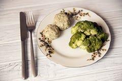 Grisköttkotletter med broccoli på plattan Royaltyfria Foton