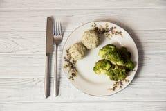 Grisköttkotletter med broccoli på plattan Arkivbild