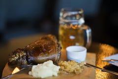 Grisköttlägg med den traditionella sidomaträtten till öl suddighet bakgrund Verklig plats i stången, bar Ölkultur, unikhet av Royaltyfri Fotografi
