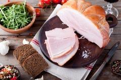 Grisköttskinka med nya sallad och grönsaker Royaltyfria Bilder