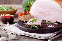 Grisköttskinka med nya sallad och grönsaker Arkivbild