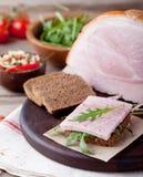 Grisköttskinka med nya sallad och grönsaker Royaltyfri Foto