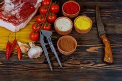 Grisköttstöd kött, tomat, vitlök, chilipeppar, lök, kryddor som är klara för grillfest Royaltyfri Fotografi
