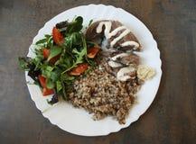 Griskötttunga med grönsaker och en grön sallad Royaltyfri Fotografi