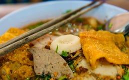 GrisköttWonton med grillat levergriskött i soppa/vald fokusbild royaltyfri foto