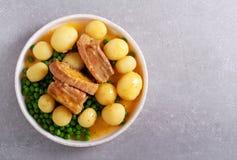 Grisk?ttst?d, potatis och ?rtor royaltyfri foto