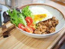 Grisk?ttteriyaki med ris och det stekte ?gget royaltyfria bilder